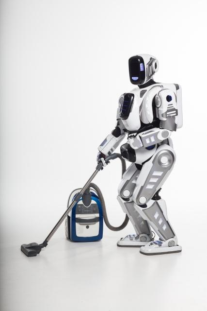 掃除機を使うロボット