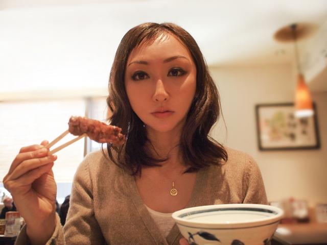 丼飯と肉と女性
